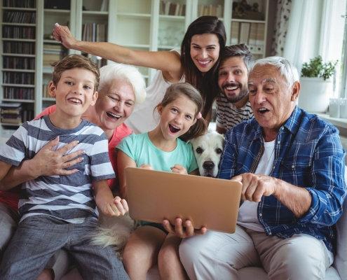 Família feliz com aparelhos auditivos