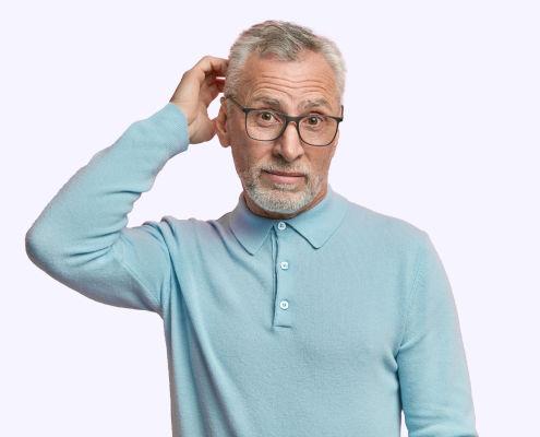 Homem senior confuso