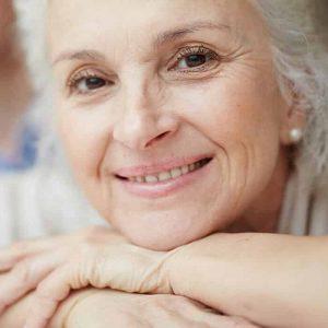 Mulher de meia idade com Aparelho auditivo