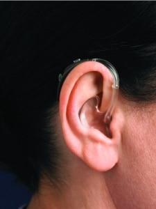 Orelha com o aparelho auditivo BTE colocado
