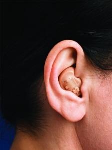 Orelha com o aparelho auditivo conha ITE colocado