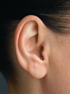 Orelha com o aparelho auditivo microCIC colocado