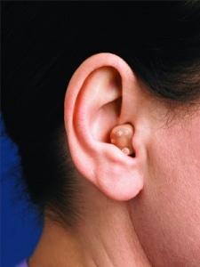 Orelha com o aparelho auditivo semi-conha ITC colocado