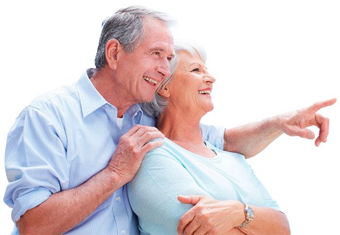 casal feliz a sugerir aparelhos de audição