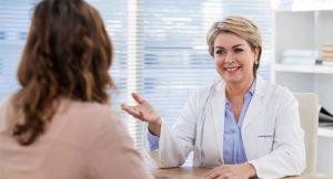 Consulta de mulher com especialista