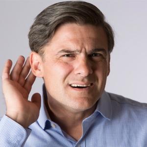 Homem com dificuldades auditivas