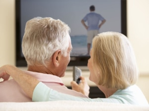 casal a ouvir o som da tv